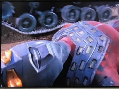 恐竜戦車に腕を轢かれるウルトラセブン
